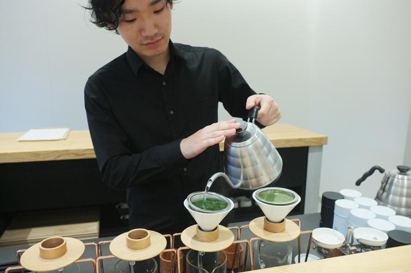 煎茶を淹れている