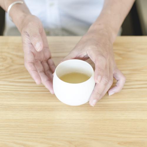 お茶の入った湯呑